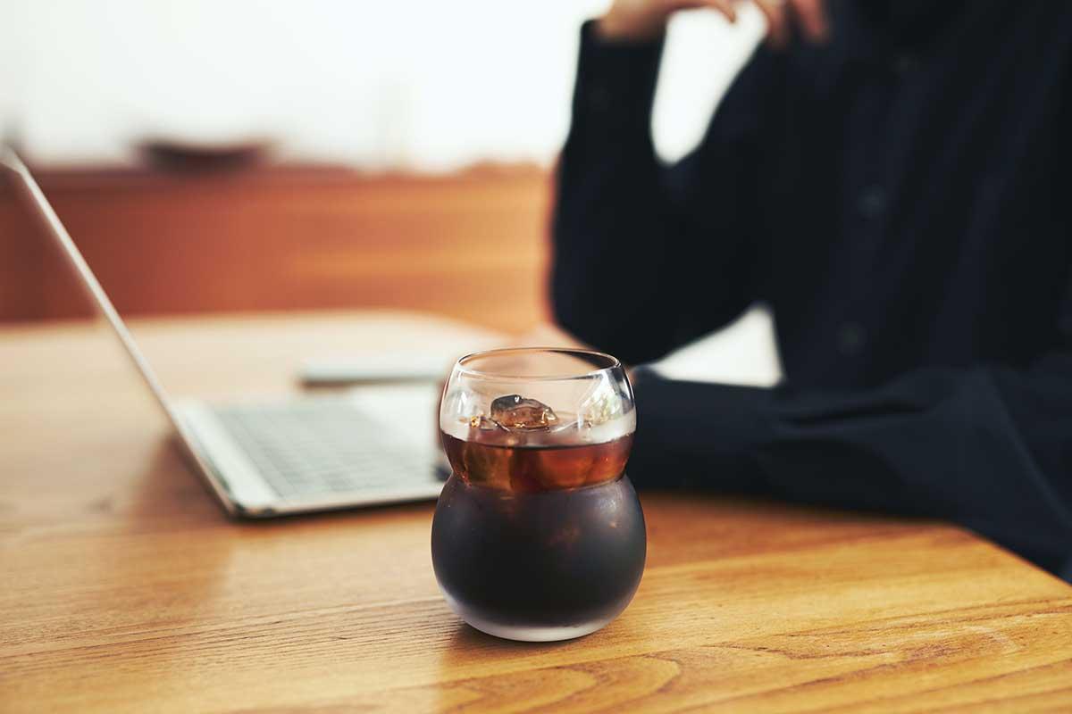 ちょこんと置かれた『双円』のグラスは、癒しキャラのように疲れた私を脱力させてくれます。持ちやすさ、使いやすさ抜群。丸みとくびれのあるお洒落なデザイン|双円(そうえん)のグラス