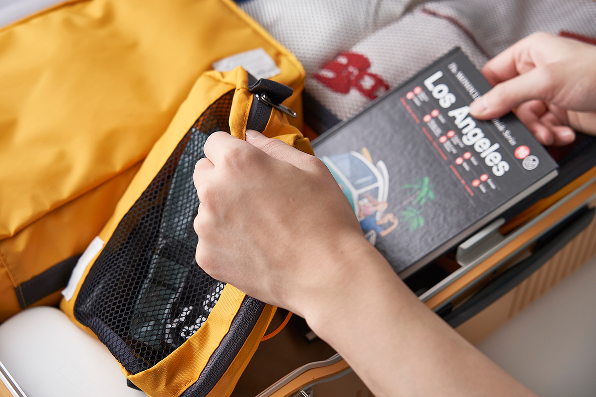 人前でスーツケースを開いても恥ずかしくない。ワンアクションで開ける画期的な構造!絶妙なサイズ感の収納ポーチ(トラベルポーチ)3点セット|RAWROW