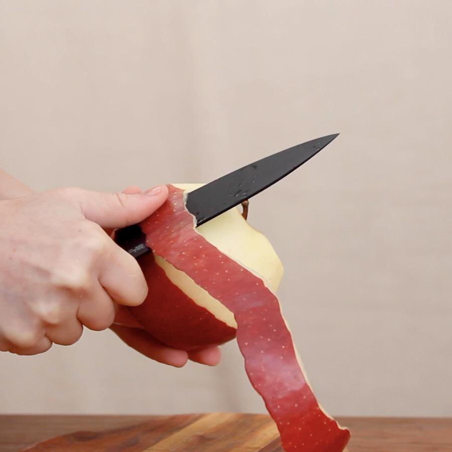 自然と正しい握り方ができるJカーブの持ち手の手に馴染んでスッと切れる黒い包丁(ペティナイフ)|BergHOFF(バーグホフ)