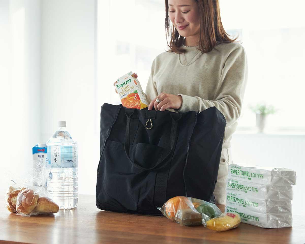 抗菌・防臭性のある素材なので、生鮮食品や、ジムで汗をかいた後の服も、気にせず入れられる。薄型トートバッグが大容量バッグに変身するバッグ|WARPトランスフォームジッパーバッグ