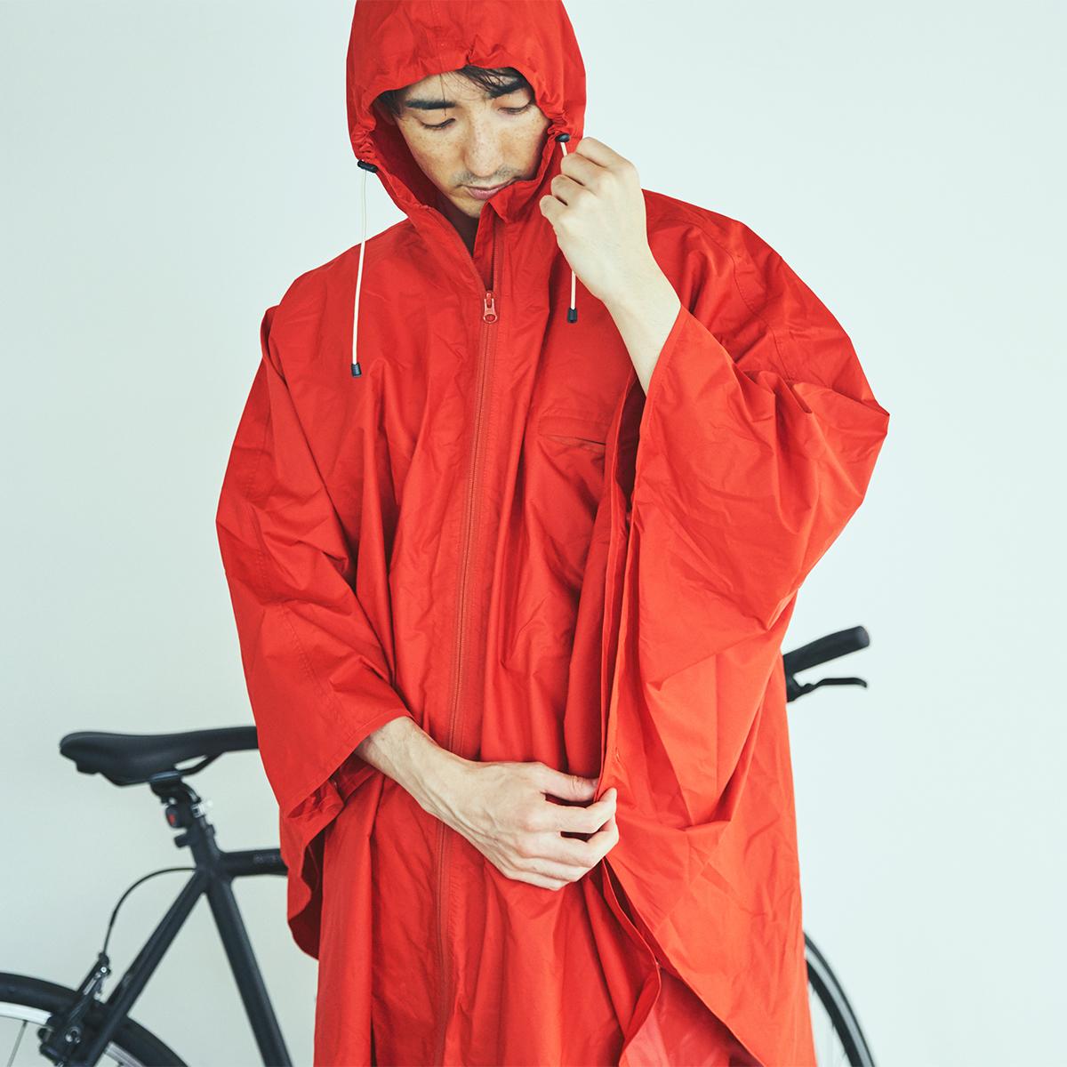 顔までスッポリ覆って自転車に乗る時も便利 「ポンチョを着て自転車でスイスイ」で、雨の日の通勤を楽しく。見た目タウン用、機能は登山用の男女兼用ポンチョ