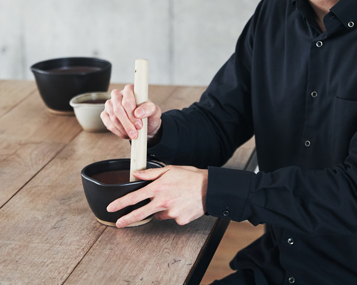 すりこぎは、すり鉢サイズの深さ×3倍の長さがベスト。鉢の中で玉子サンドやポテトサラダが完成!そのまま器になる石見焼のすり鉢とすりこぎ棒|もとしげ