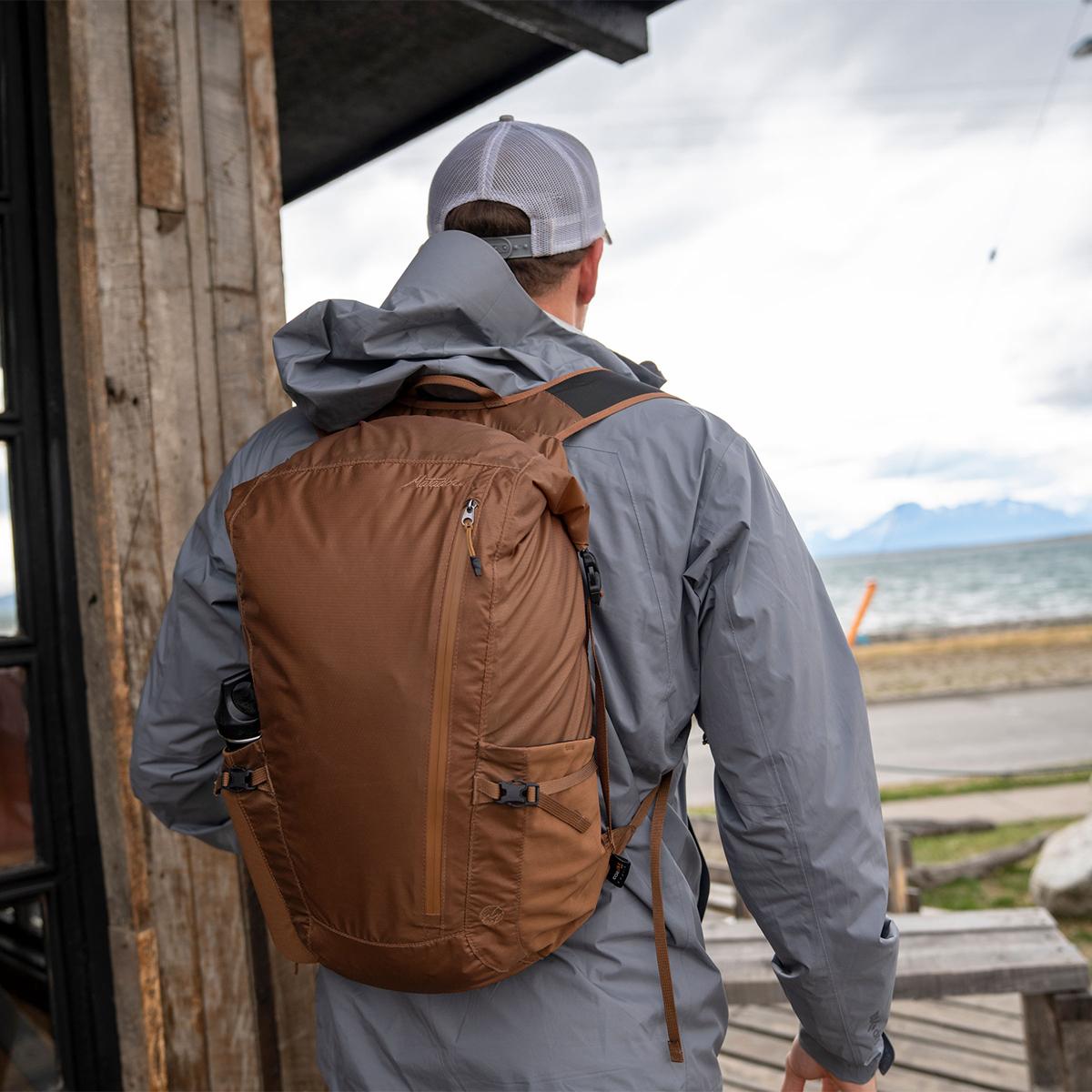 広げれば、24リットル(1Lのペットボトル24本分)もの大容量。旅先で上着や土産物など荷物をたっぷり詰め込めるバックパック|Matador Freerain24 2.0