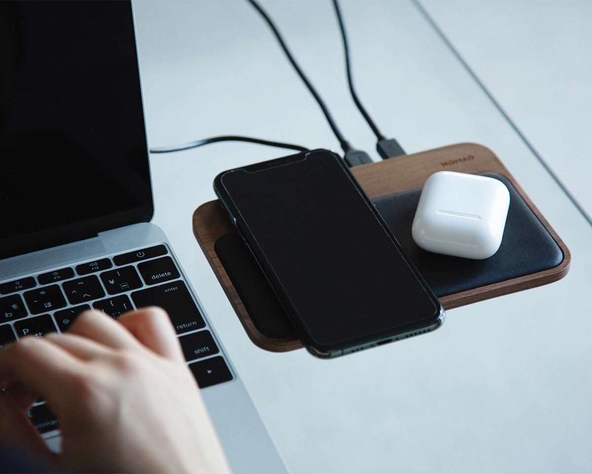 オフィスや自宅の書斎、出張先への持ち運びにも便利。iPhone、AirPodsを飾るようにまとめてチャージ、2つのUSBポートを備えたおしゃれな「ワイヤレス充電ベース」| NOMAD | Base Station