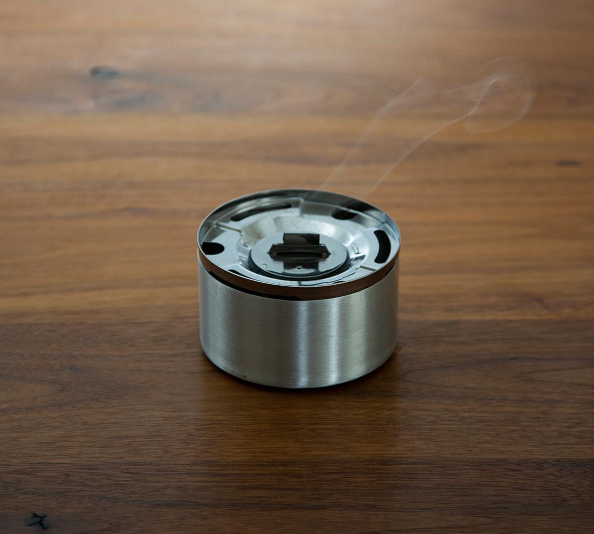 火を消すのも簡単|おうちのテーブルで焚き火。煙が出ない、倒しても安心の専用燃料付きの「オイルランプ」|TENDER FLAME(テンダーフレーム)
