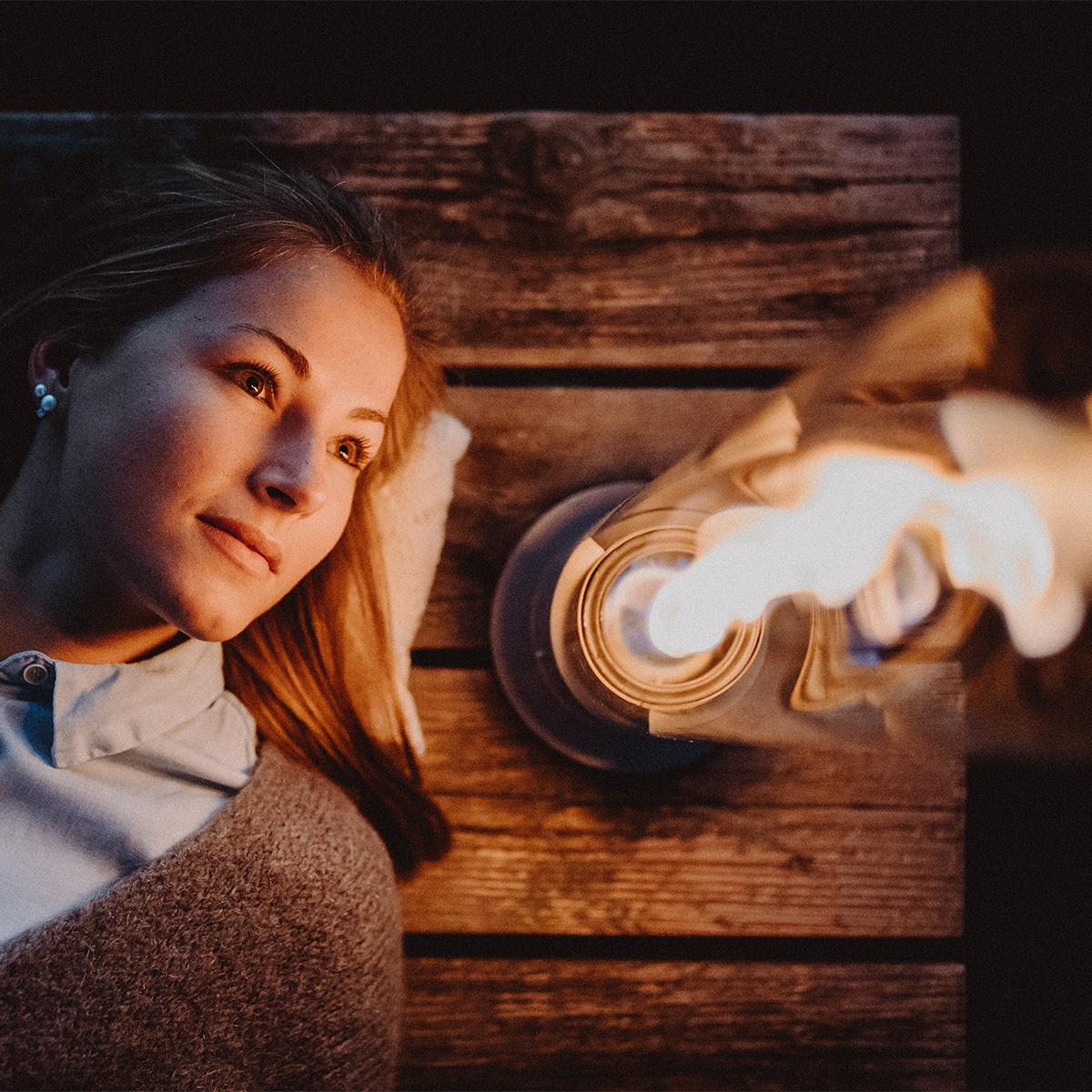 気流を操った自然現象を利用した技術。煙突効果で炎が廻りながら上昇!煙が出にくい安全燃料の「テーブルランタン&ガーデントーチ」|Hofats SPIN(ホーファッツ スピン)