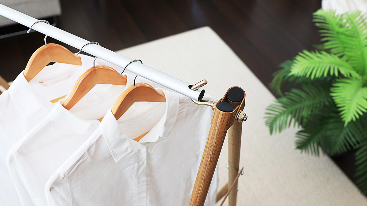 洗濯した洋服をかけたハンガーラック