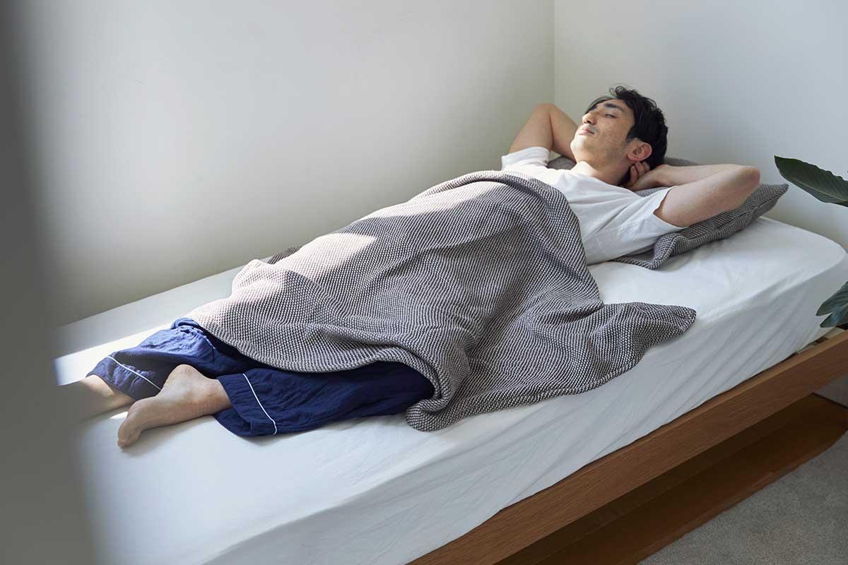 汗を吸ってもベタつきにくく、一晩中サラサラの肌触り。「熟睡」を追求した凹凸状のハニカム織りのハニカムケット(ワッフルケット)
