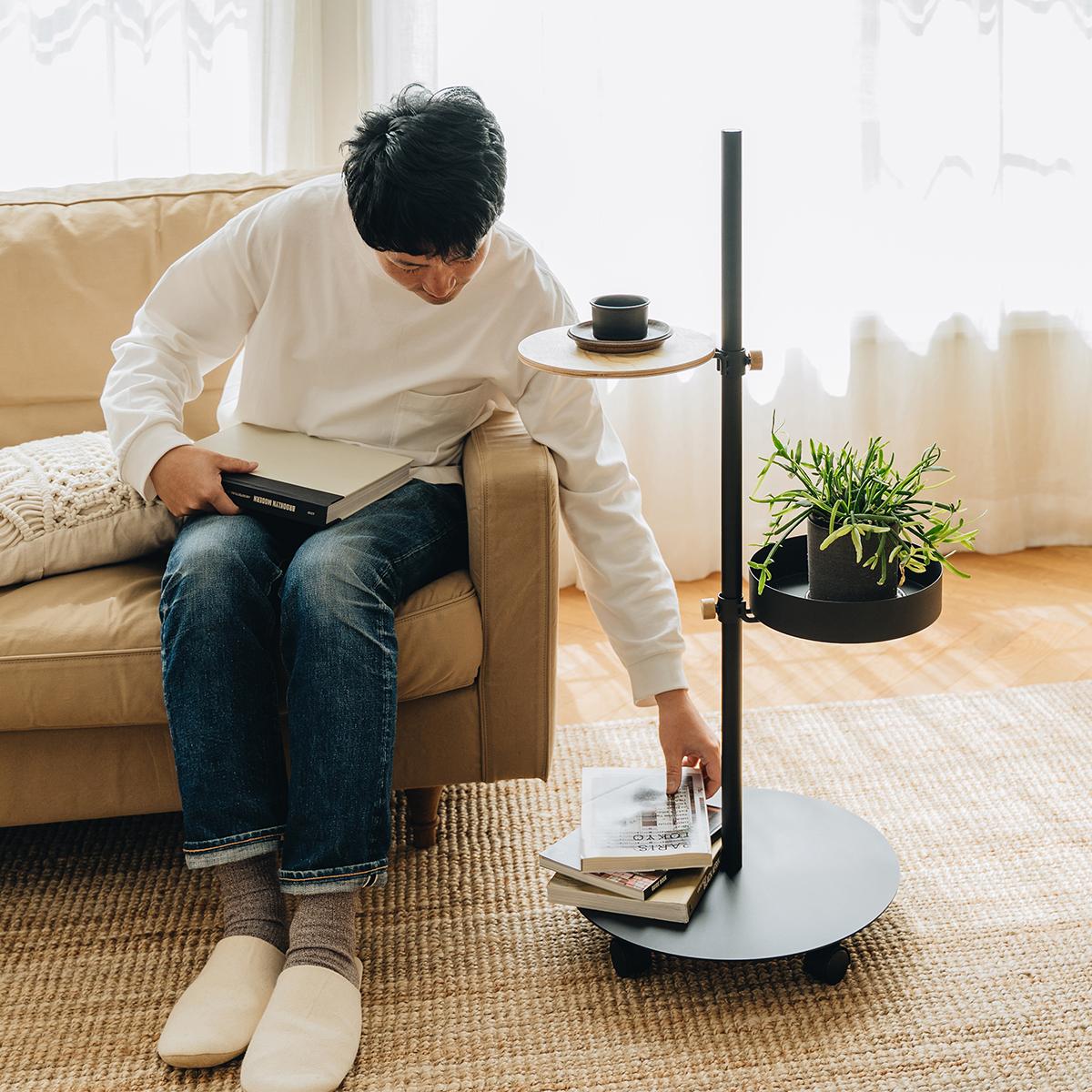 在宅ワークにもおすすめ。ダイニングテーブルやソファの脇など、家のどこでも好きな場所で仕事ができます。キャスター台つきポール「Move Rod(ムーブロッド)」|DRAW A LINE(ドローアライン)