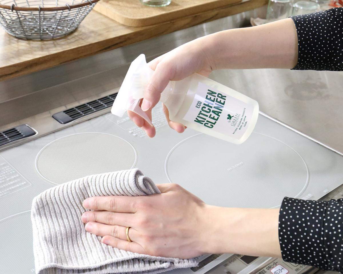 油汚れを100%分解してサラサラに。拭き上げ後はすぐサラサラに。汚れを拭き取ったふきんもベトベトにならず、さっと洗って落とせるからお掃除がラク。「エコキッチンクリーナー」|GREEN MOTION