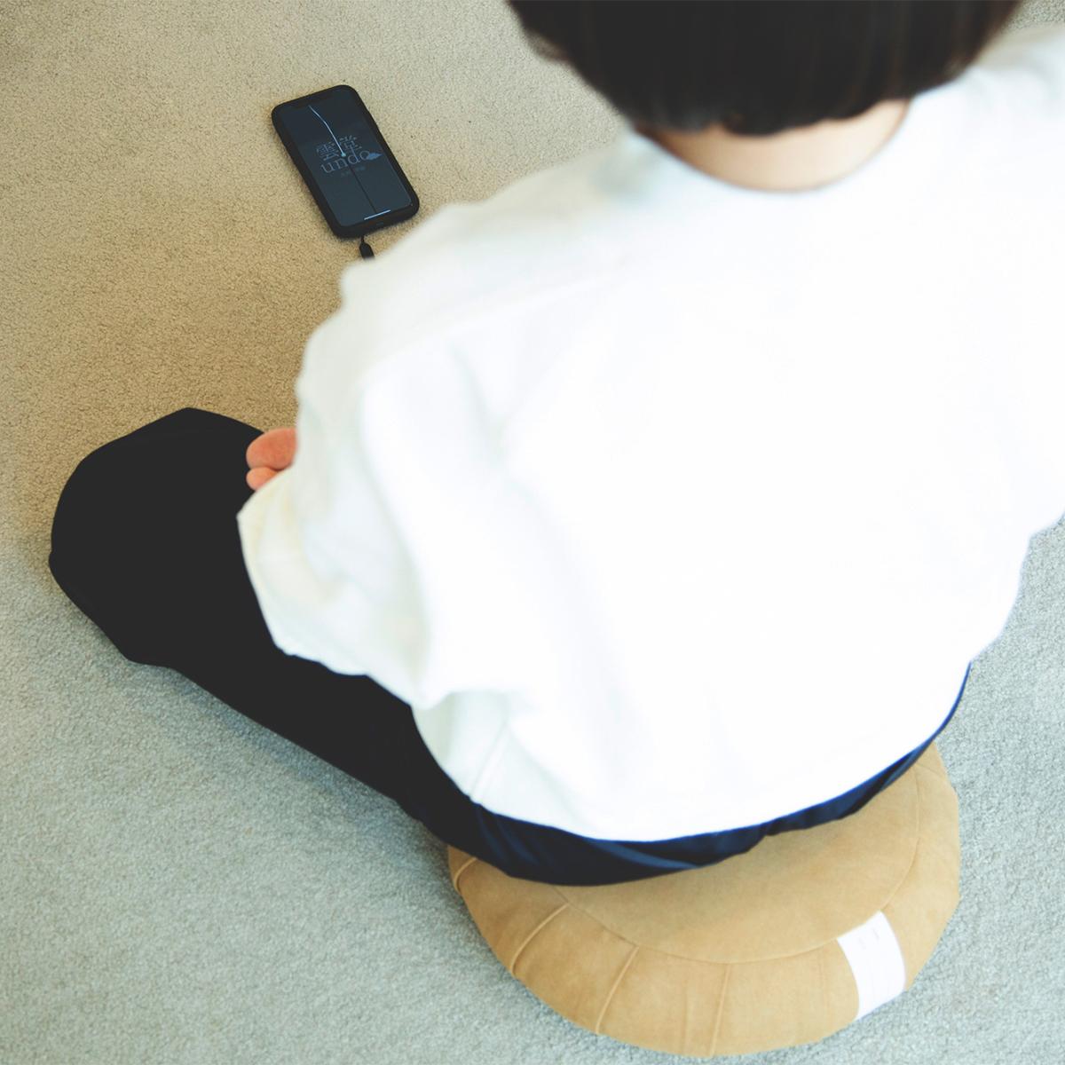 リビングでオフィスで、禅寺の臨場感を味わえるアプリ「雲堂(undo)」を使ったマインドフルネス習慣。坐禅蒲団(坐蒲)・瞑想用クッション| ZAF(ザフ)