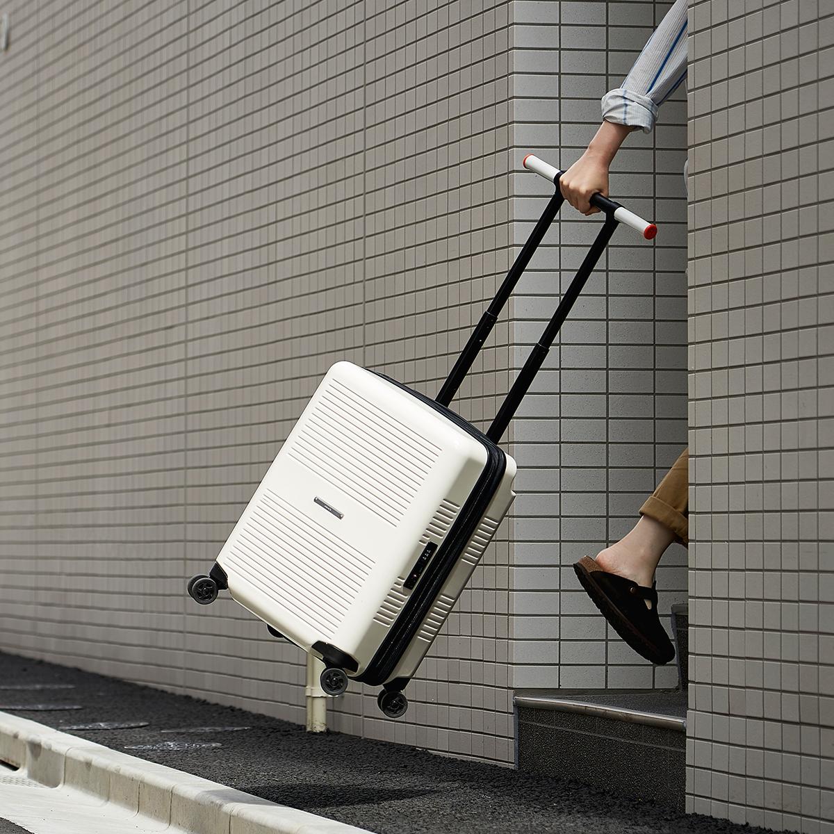 360°クルクルと回転し、力をいれなくても軽やかに並走してくれるので、手首への負担もほとんどない、機内持ち込み用(37L)&長期旅行用(72L)スーツケースセット| RAWROW | R TRUNK LITE