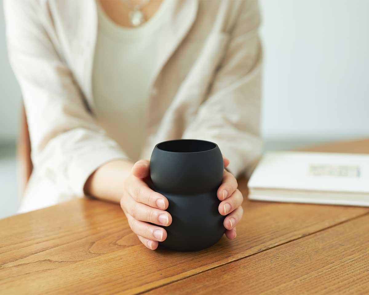ひんやりしたグラスなのに、マグカップのように手のひらで包み込みたくなる。持ちやすさ、使いやすさ抜群。丸みとくびれのあるお洒落なデザイン|双円(そうえん)のグラス