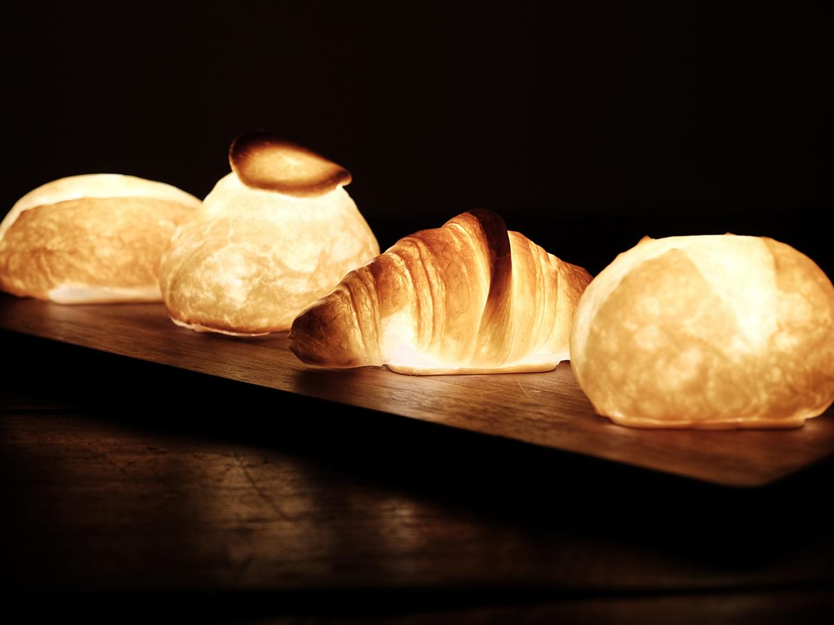 生活の様々なシーンで活躍する暮らしを豊かにする光。本物のパンがそのままインテリアライトに!置くだけで明かりのオンオフができる「ライト・ランプ・間接照明」|モリタ製パン所「パンプシェード」