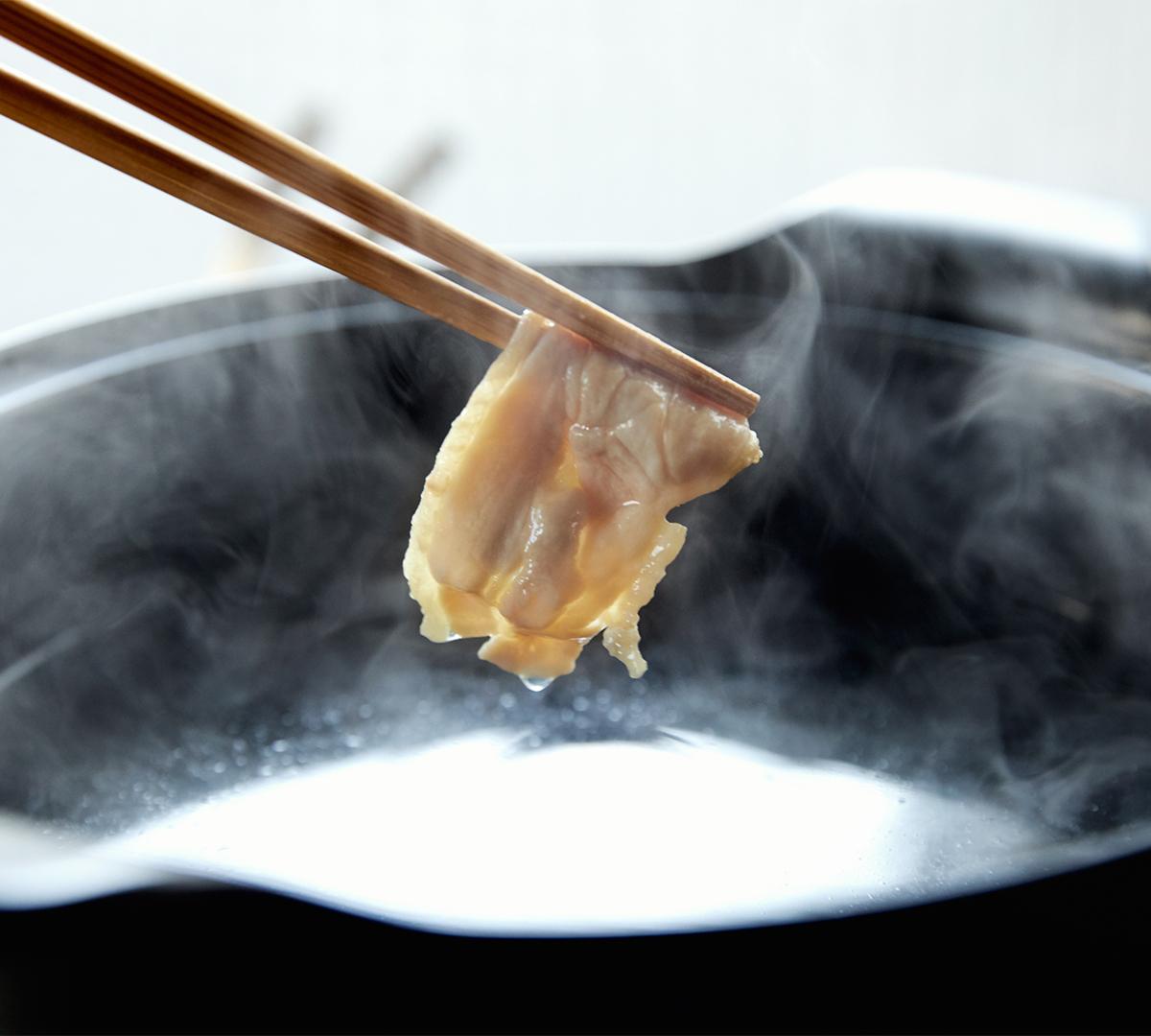 良質なもも肉とむね肉は、絶妙な3ミリ厚のスライスに。特製だし・鶏しゃぶポン酢とのバランスや、肉の歯応えなどを考え、半年かけて研究し導き出した厚みです。飲めるポン酢&特製だし付き「名古屋コーチンしゃぶしゃぶセット(もも肉・むね肉)」|錦爽(きんそう)|丸トポートリー食品
