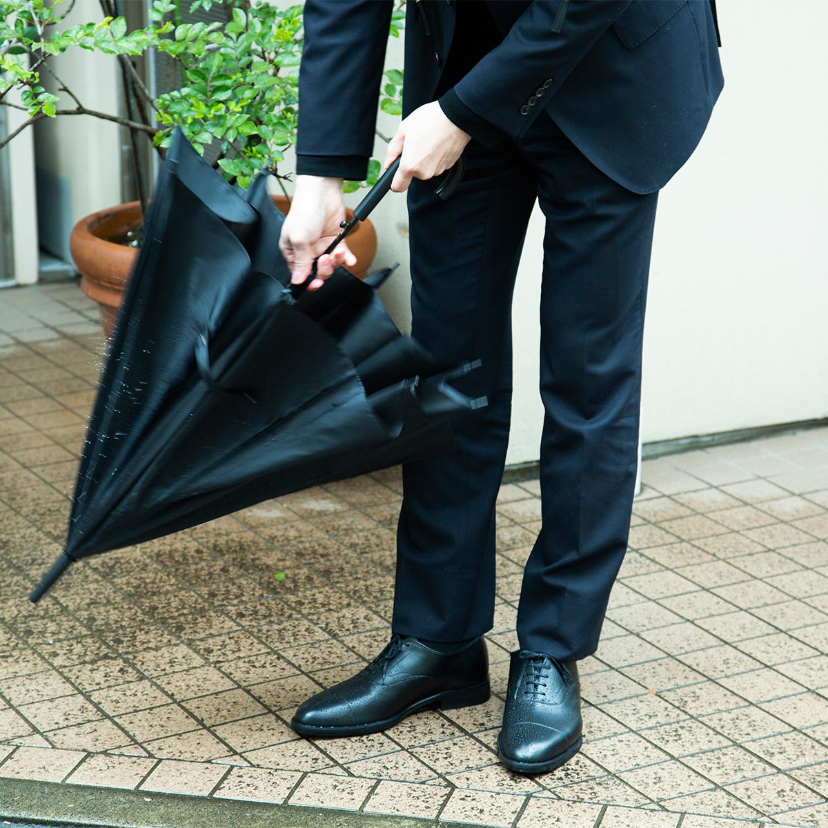 水に濡れたまま放置しても防水機能は失われないので、梅雨や秋雨シーズンにも安心して履き続けられる洗練された「レインシューズ」|三陽山長