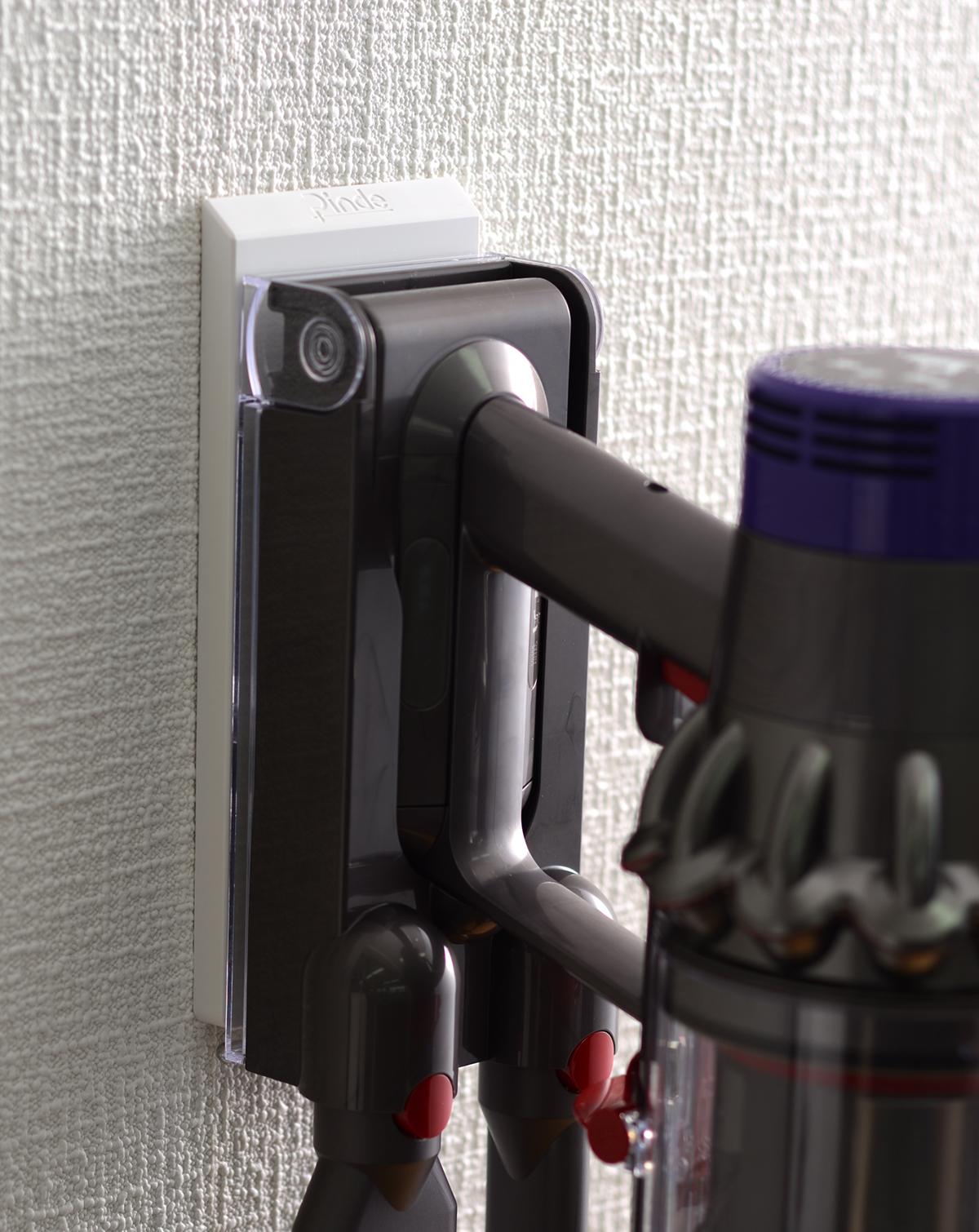 ダイソンのコードレス掃除機(V6・V7・V8・V10)を壁に大きなネジ穴を開けずに設置できるフック|Pinde(ピンデ)