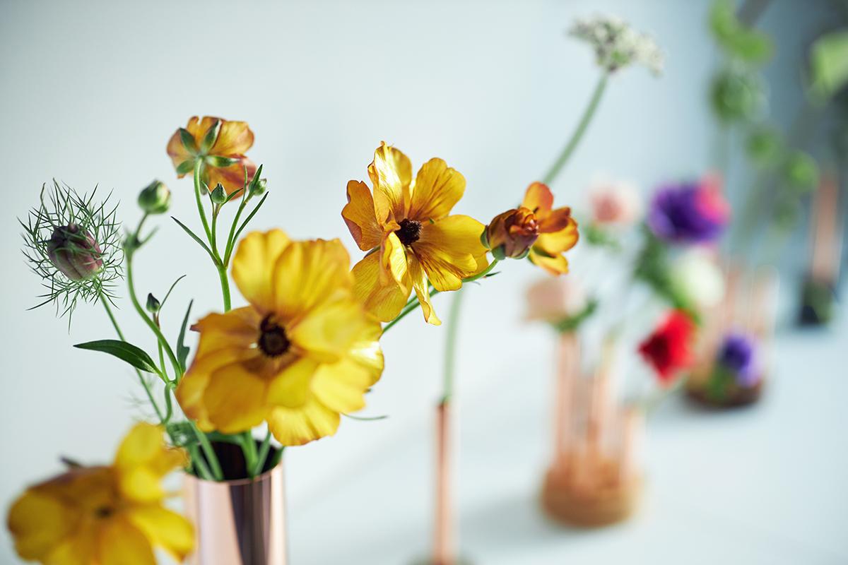 「花が朽ちていく色気」に気づけたのは『BULBOUS』のおかげ。無造作に挿すだけで「絵」になる、銅管の一輪挿し・花瓶・フラワーベース|BULBOUS