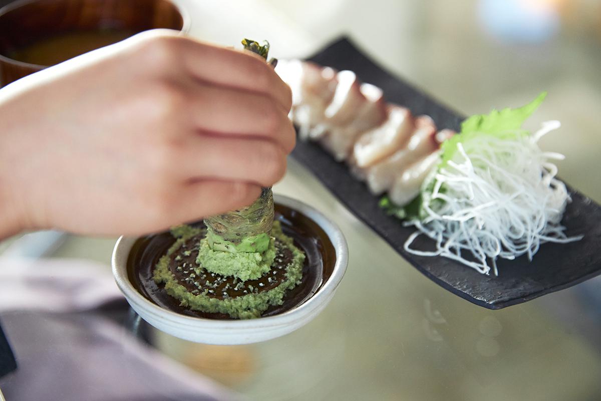 ランダムな断面だからこそ食材を絶妙な食感におろせる。島根県石見地方の伝統工芸品である「石見(いわみ)焼」に、窯元独自の製法を掛け合わせて生まれた、実力派の「おろし器」 もとしげ