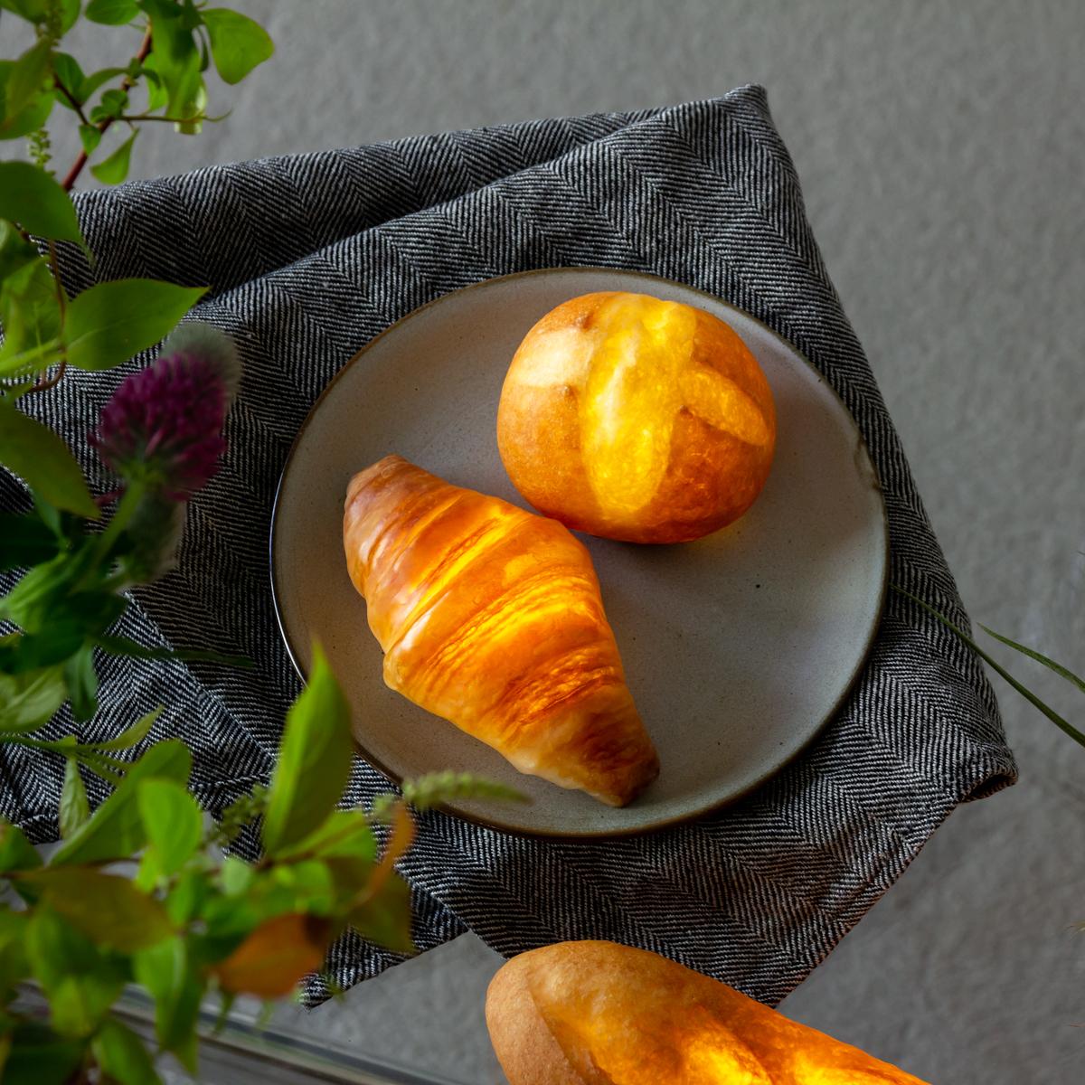 美味しいパンをしあわせな灯りに。本物のパンを独自の技法でインテリアライトに仕立てた「ライト・ランプ・間接照明」|モリタ製パン所「パンプシェード」