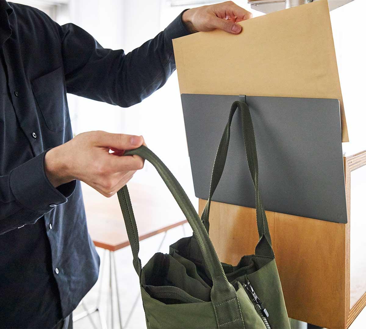 玄関に取りつけて、ポストに出す封筒やエコバッグを。デスクの書類を瞬時に片づけ、途中のタスクをすぐ再開できる「貼るデスクラック」|ZENLET The Rack(ゼンレット ザ ラック)