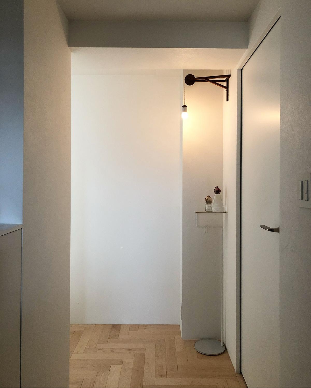 置くだけで、私たちの暮しが輝くような機能美あふれる家具。空間に静かに溶け込みながら、あなたの暮しを、グッと心地よく変えてくれる「スタンド型のトレイ」|DUENDE TILL