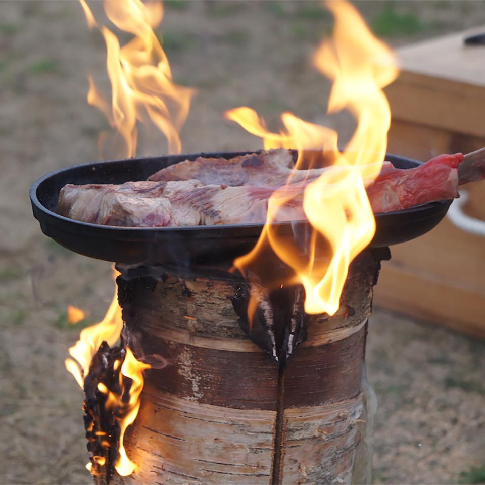 丸太をコンロ代わりに肉を焼き、お湯を沸かし、コーヒーゆっくりと淹れる楽しみ。キャンドル一体型で一発着火、肉も焼ける「スウェディッシュトーチ」|Swedish Birch Candle(スウェディッシュ バーチ キャンドル)