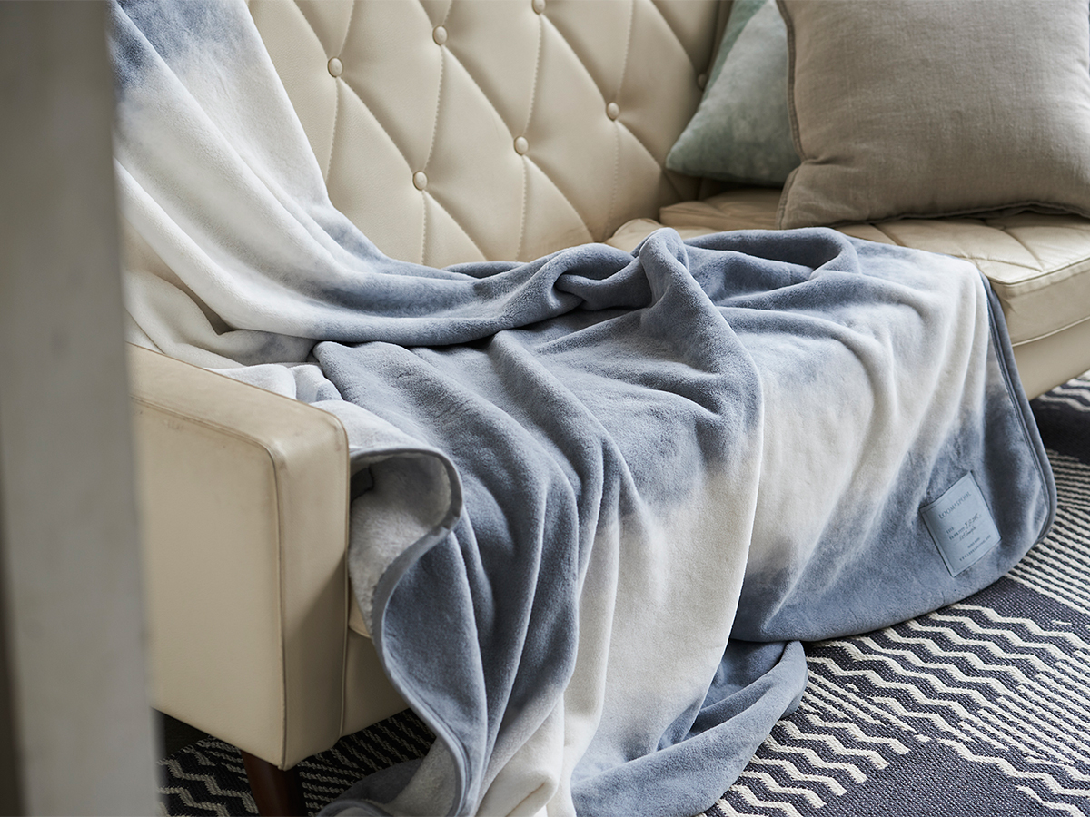 ふわっと軽い。寝室の空間をセンスよくお洒落でスタイリッシュにしてくれる。肌触りと寝心地の良さで夏も冬も気持ちいい!ニューマイヤー織の綿毛布|FLOOD OF LIGHT(フルード オブ ライト、光の洪水)|LOOM&SPOOL