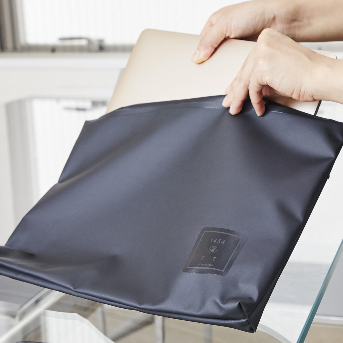普段も使える防水性のスタイリッシュなクラッチバッグ
