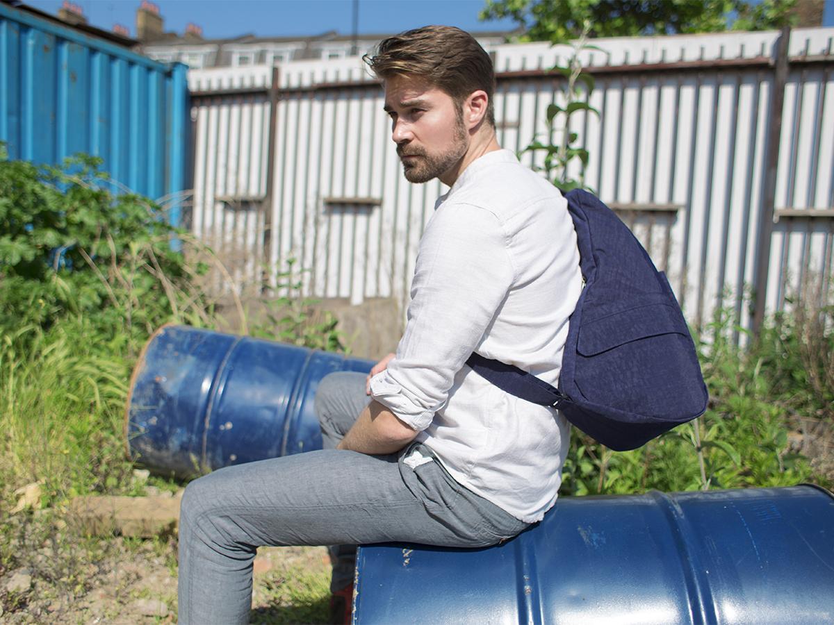 不思議なほど荷物が軽く感じる、人間工学による「しずく型」のボディバッグ|Healthy Back Bag
