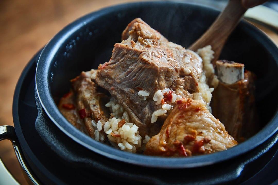 暑い夏に火を使わなくていいし、洗い物も少なくて済み、残ったらそのまま「温め調理」でまた食べられるから、時間がない時にもぴったり。肉はジューシーに、ジャガイモはホクホクに下ごしらえ!炊飯も調理も楽チンで早い「アシスト調理器・電気圧力鍋」|Re-De Pot(リデ ポット)