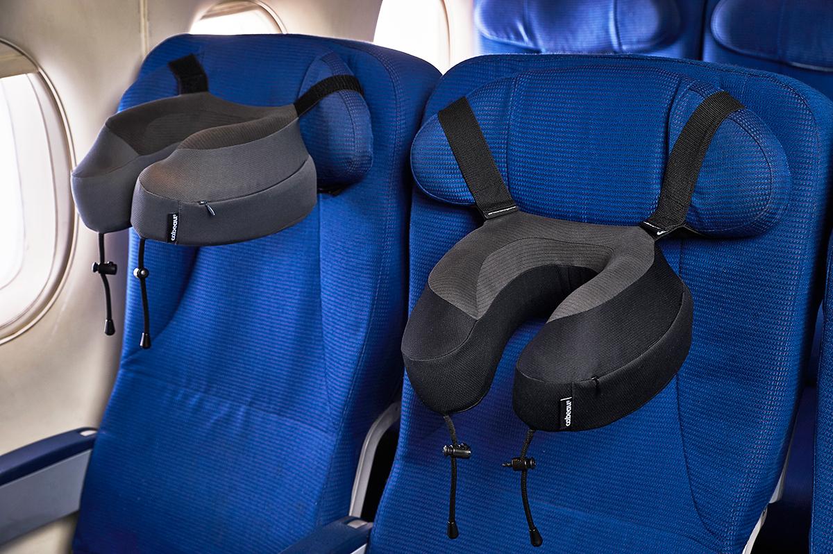 飛行機はもちろん、新幹線や夜行バス、車といった、あらゆる移動にぴったり。丸めて運べてすぐに使えるトラベル枕|cabeau