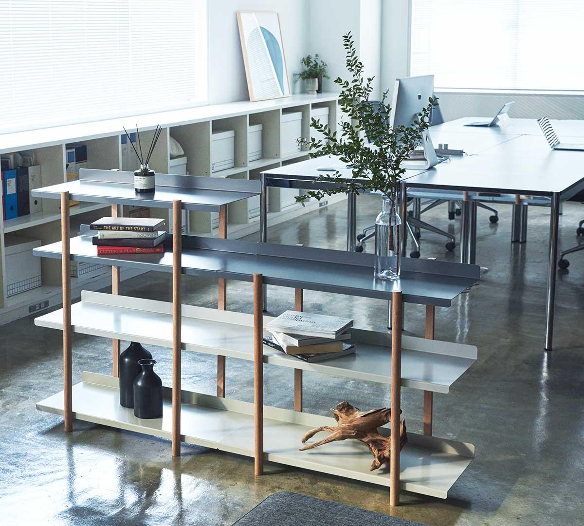 隣に「3段タイプ」を並べると、棚板の高さが揃うので、大きな空間を仕切るパーテーションにもぴったり。色違いの棚板を入れ替えるたびに、新鮮な空間づくりができる「シェルフ(棚)」DUENDE Marge Shelf(デュエンデ マージ シェルフ)