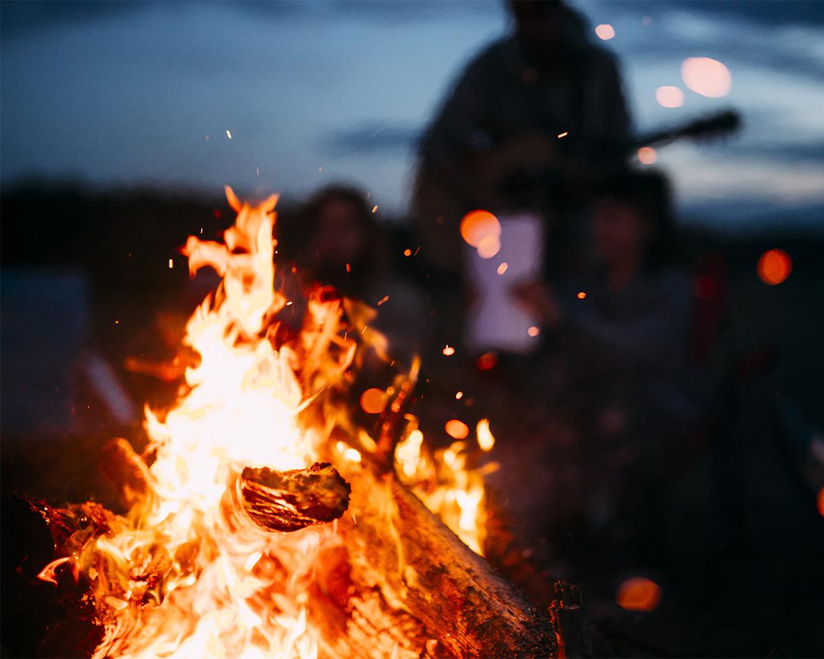 焚き火という懐はどこまでも暖かく、めいっぱいの安らぎを与えてくれる偉大な存在。キャンドル一体型で一発着火、肉も焼ける「スウェディッシュトーチ」|Swedish Birch Candle(スウェディッシュ バーチ キャンドル)