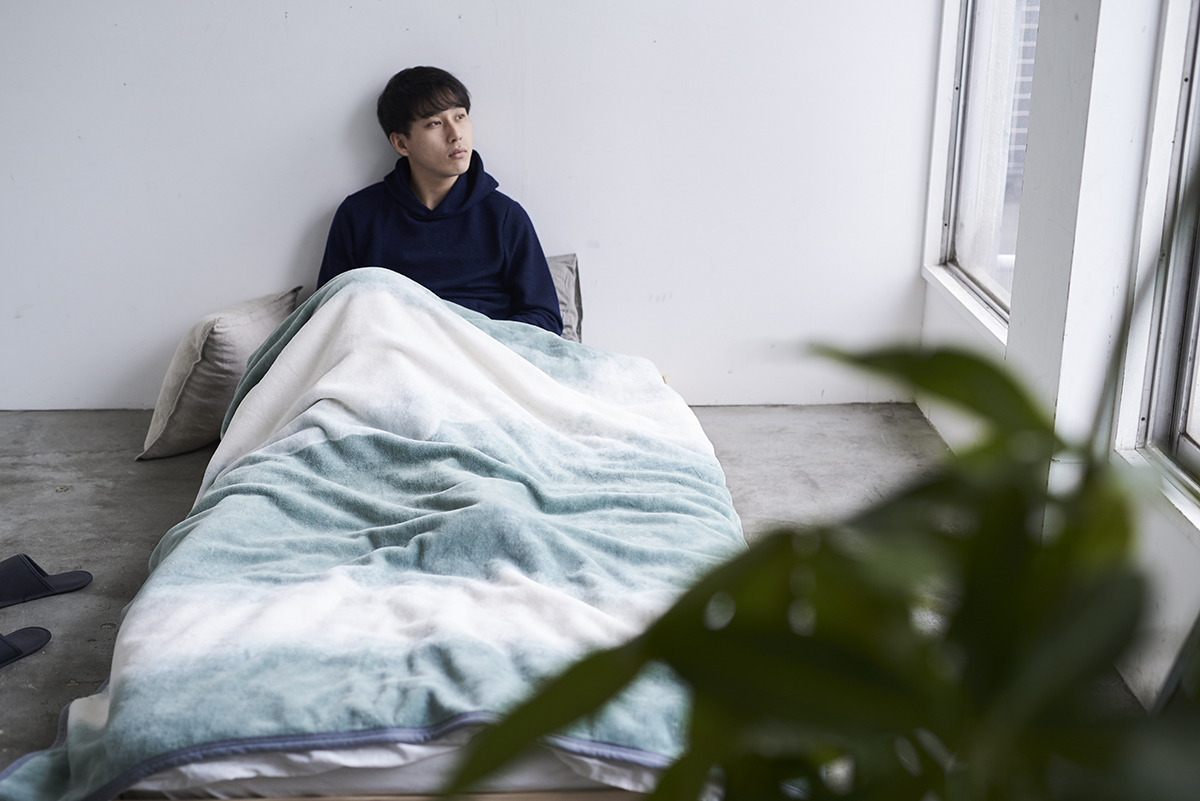 自然のやさしさ、暖かさに包まれて、一年中、心地よく眠れます。寝室の空間をセンスよくお洒落でスタイリッシュにしてくれる。肌触りと寝心地の良さで夏も冬も気持ちいい!ニューマイヤー織の綿毛布|FLOOD OF LIGHT(フルード オブ ライト、光の洪水)|LOOM&SPOOL