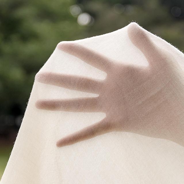 極細糸を選りすぐって作られた、向こうが透けるほど薄くて軽いカシミヤ100%ストール|ADOS(エイドス)