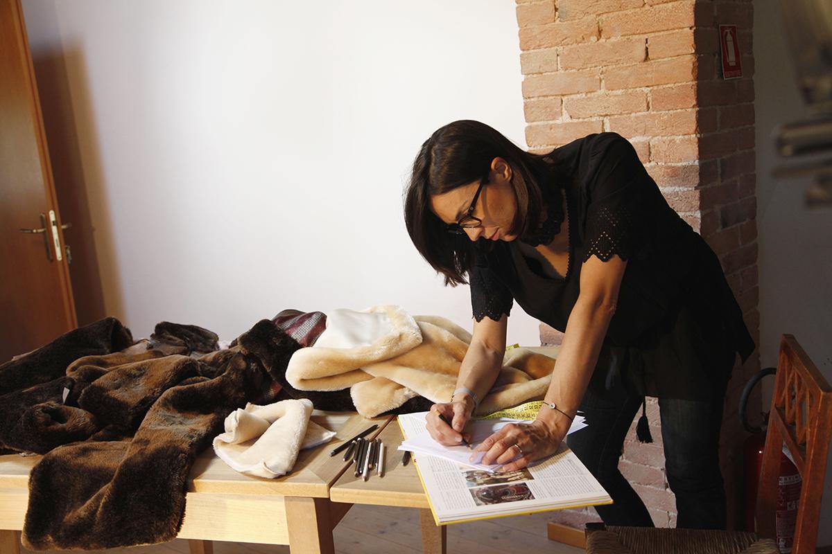 シックなブラウンの濃淡に、高級感溢れるデザインは、イタリア・ヴェニスを中心に活躍しているデザイナー、サラ・フリソンによるもの。「掛け毛布・敷き毛布」|CALDONIDO NOTTE(カルドニード ノッテ)