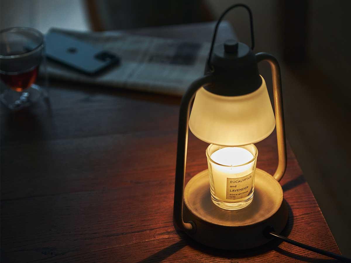 玄関やリビングでちょっと香りを漂わせたい時にスイッチを入れるだけでいいので、とても手軽です。火を使わずにアロマキャンドルを灯せて、明かりと香りも楽しめる卓上ライト「キャンドルウォーマーランプ」 kameyama candle house