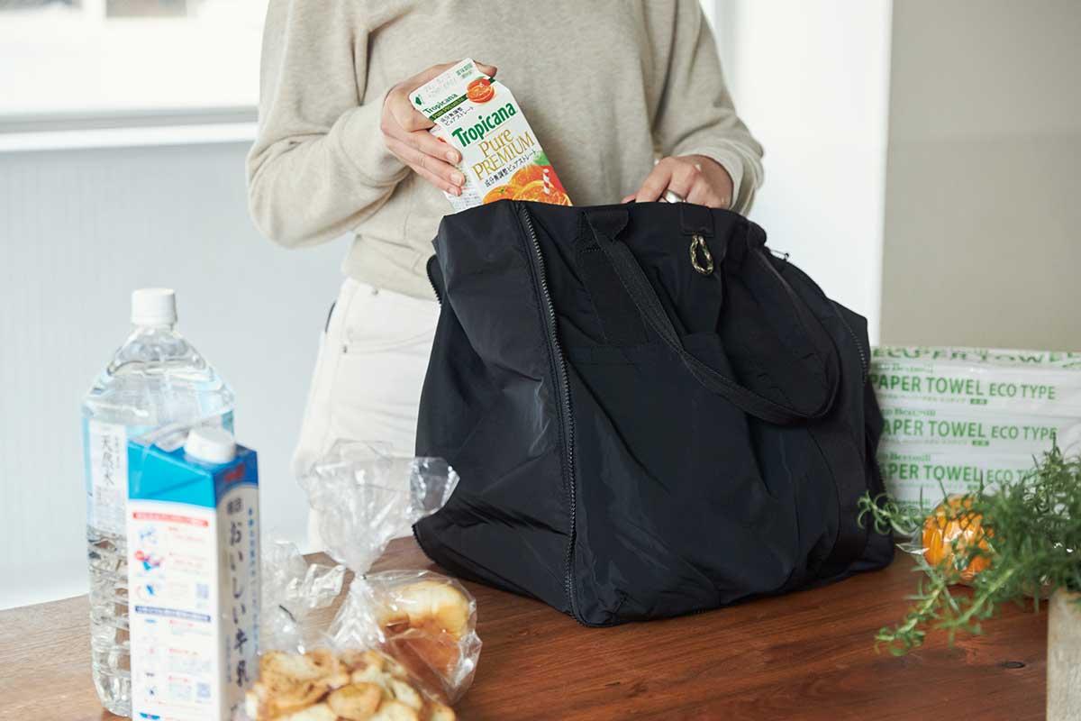 縫いつけてある底板もいっしょに広がるから、まるで、スーパーの買い物カゴみたいに、どっさり入る頼もしさ。薄型トートバッグが大容量バッグに変身するバッグ|WARPトランスフォームジッパーバッグ