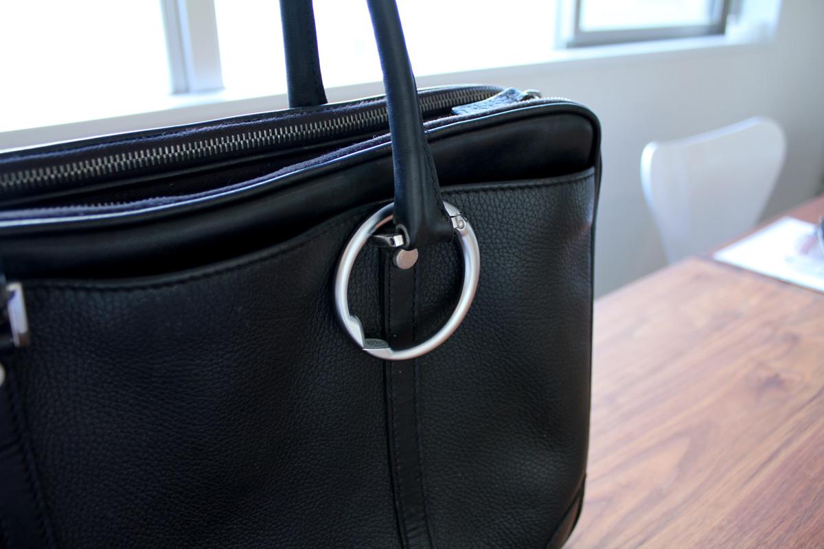 バッグにつけてもおしゃれなバックハンガー クリッパ Clipa