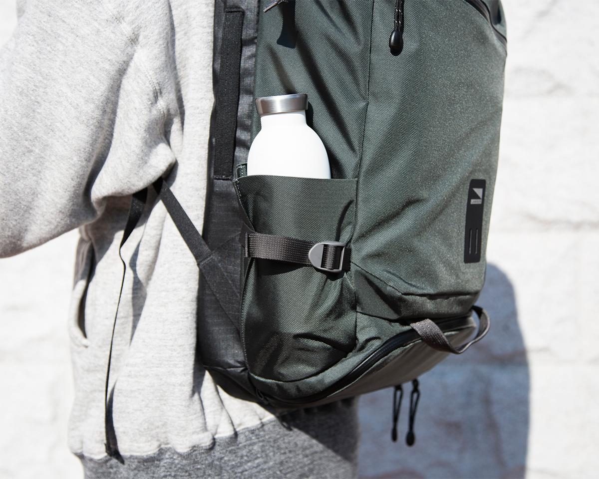 ② サイドポケット|仕事と遊びの両方で活躍する、機能的ポケットもたっぷり。アウトドアレジャーでも活躍する防水バックパック|LANDER