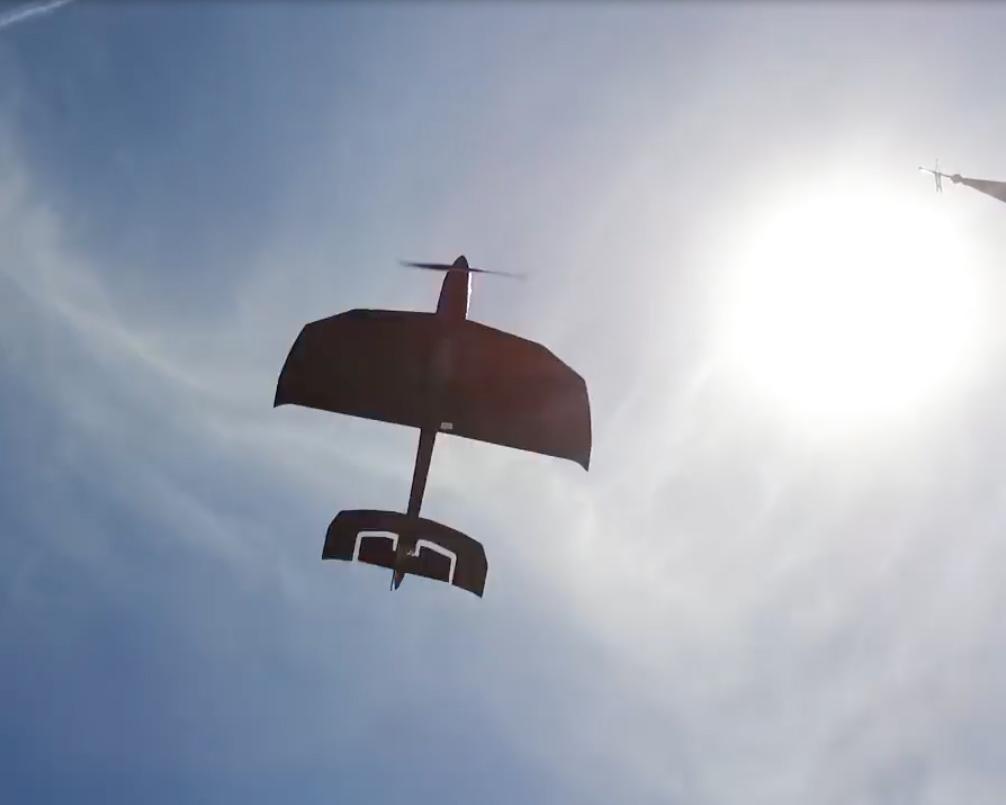 空をのびのび飛び回る姿に、あなたも、周りのみんなも、思わず笑顔になる飛行機型ドローン|Toby Rich