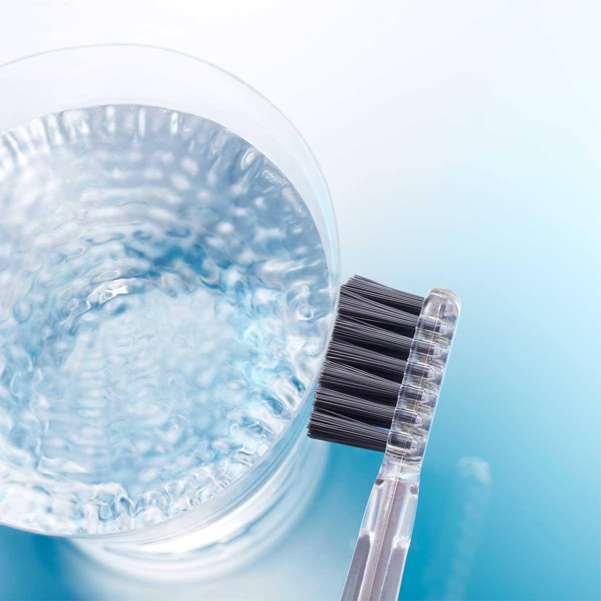 ソーラーパネルを2倍大きくすることで、光を取り込みやすくして、歯垢除去のためのマイナス電子を十分に発生させた。光触媒の効果で、歯磨き粉なしでも歯垢がとれる「電動歯ブラシ」|SOLADEY