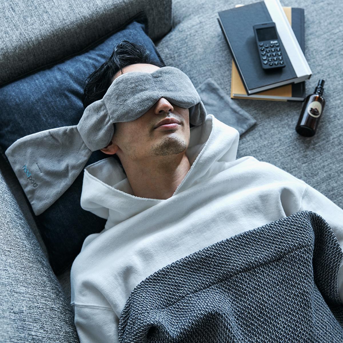夜遅くまでのパソコン作業や寝る前スマホで目元が疲れて、なかなか寝つけない方におすすめ。目の上に乗せるだけ、穏やかな重みで夢の世界へ。寝返りを打ってもズレにくい「スリープマスク」|nodpod(ノッドポッド)