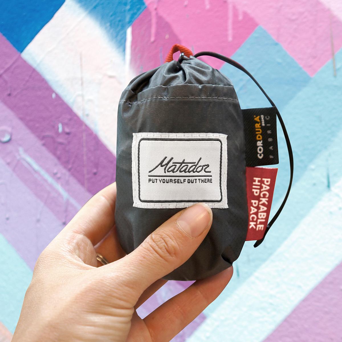 拳ほど小さく、手のひらサイズにたためる防水仕様のウエストバッグ/ヒップバッグ| Matador
