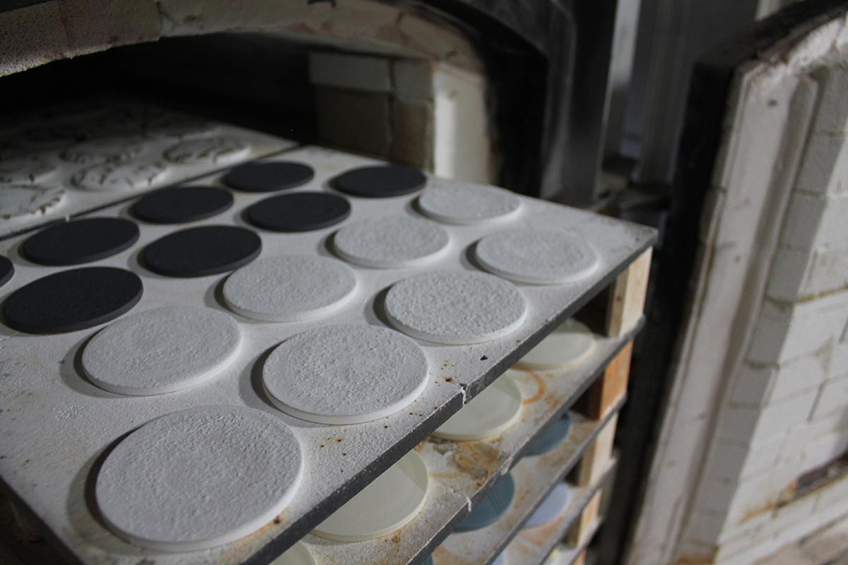 この陶板は、1841年の江戸時代末期からつづく、岐阜県飛騨高山の窯元・渋草柳造窯の職人が焼き上げており、ひとつひとつ表情も異なります。|ミニマムでおしゃれなデザイン家電。香炉のような静かな存在感の「アロマディフューザー」|WEEKEND(ウィークエンド)