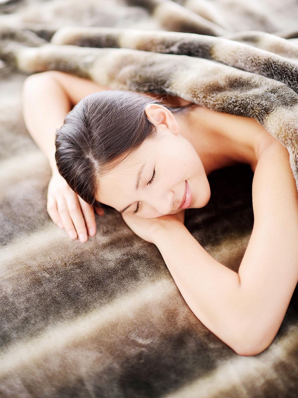 泉大津の毛布職人たちが10年がかりで開発した発熱繊維で暖か!軽さとなめらかさも実現した「掛け毛布・敷き毛布」|CALDONIDO NOTTE(カルドニード ノッテ)