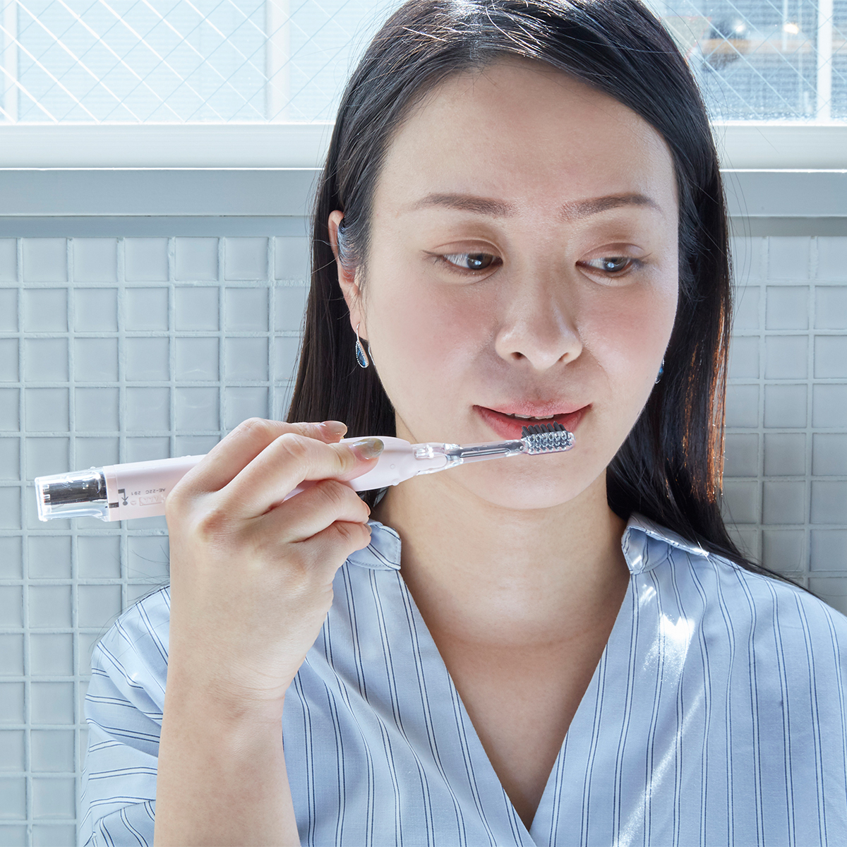 虫歯・歯周病対策はもっと効果的に。光触媒の効果で、歯磨き粉なしでも歯垢がとれる「電動歯ブラシ」|SOLADEY