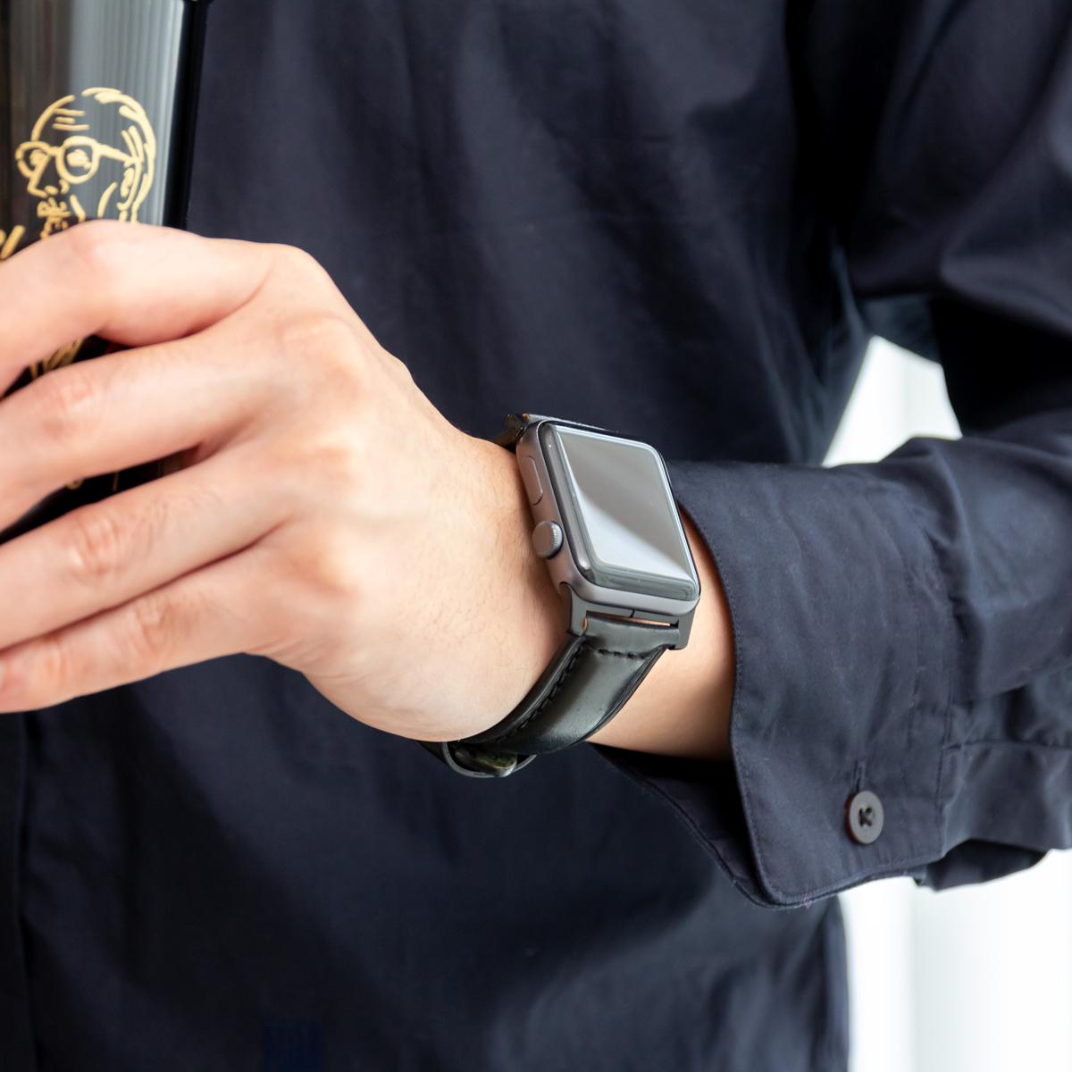 ジャケットの袖口からチラリと覗く気品が目を引く、希少革「シェルコードバン」のApple Watchバンド| NOMAD