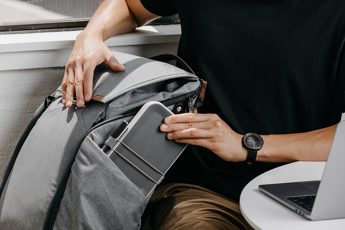 仕事道具を好みの配置で収納、ワイヤレス充電台つきの「ガジェットケース」|Orbitkey Nest(オービットキー ネスト)
